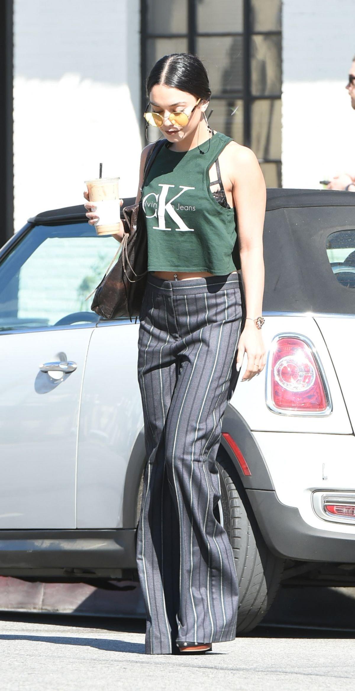 Ванесса Хадженс попыталась смешать стили, надев майку и строгие штаны
