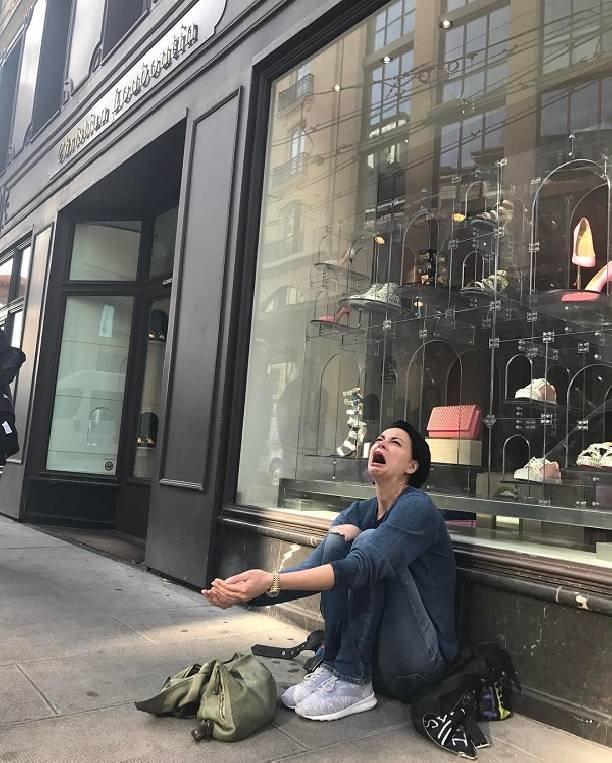 Настасья Самбурская попрошайничает на улицах Европы