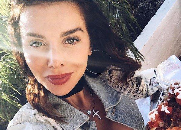 Беременная грудь Анны Седоковой вываливается из купальника