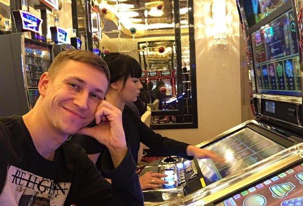 Нелли Ермолаева тратит деньги в казино