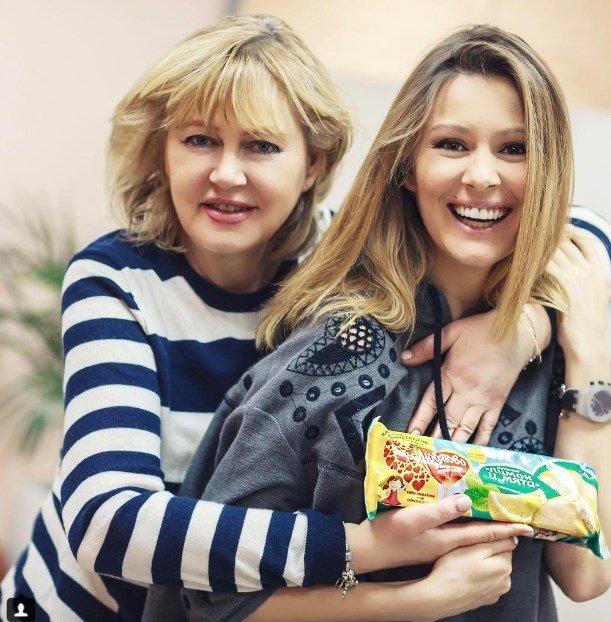 Полина Гагарина с сыном приняли участие в эстафете