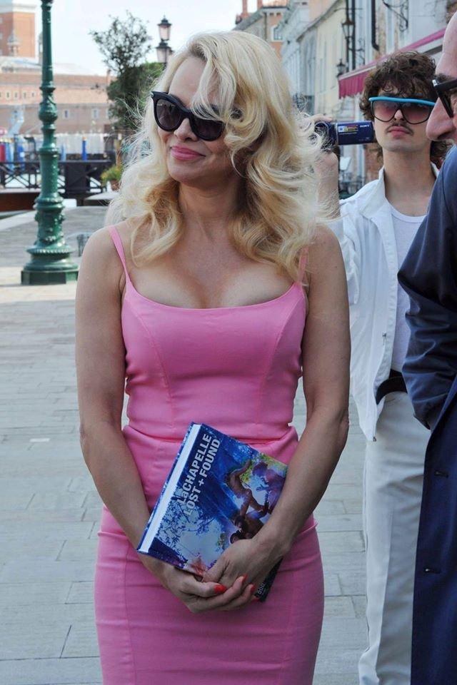 Памела Андерсон поразила публику розовым платьем с глубоким декольте