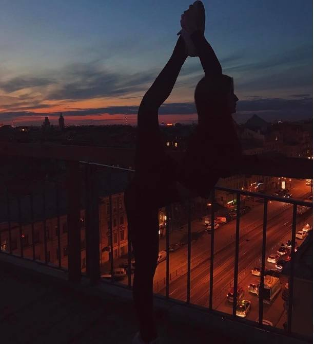 "Александра Стриженова ""растянулась"" на фоне ночного Питера"