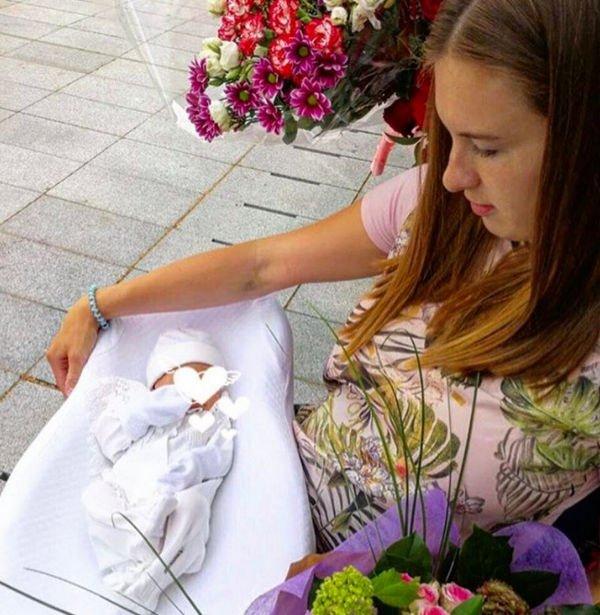 Сломавшая позвоночник Мария Комиссарова беспокоится за своего ребенка