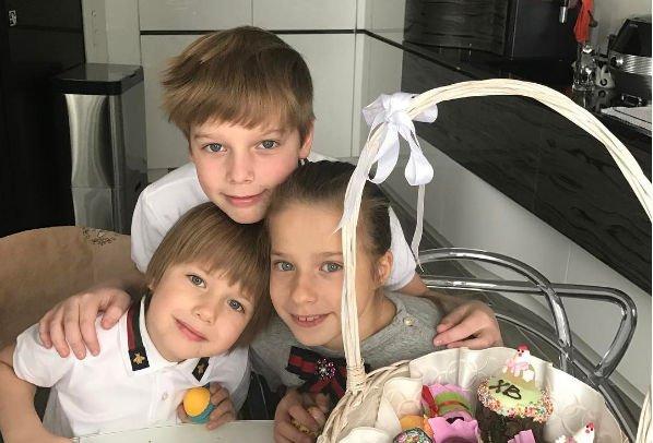 Юлия Барановская отправилась с сыном за границу