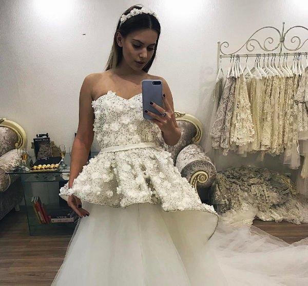 Саша Артемова примерила свадебные платья