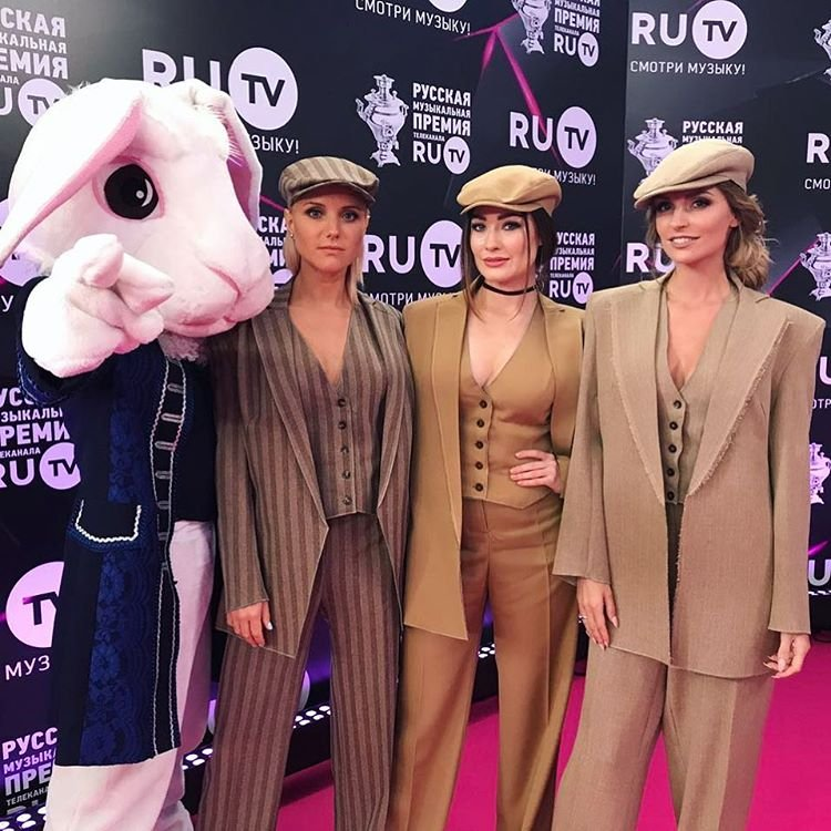 Группа «Фабрика» пришла на премию RU.TV в мужских костюмах