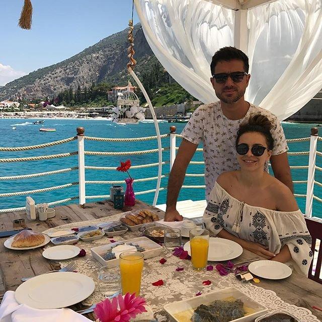 Ани Лорак показала кадры из новой фотосессии и романтическое фото с супругом