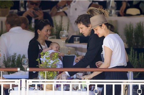 В Интернете размещена фотография новорожденной дочери Марион Котийяр и Гийома Кане