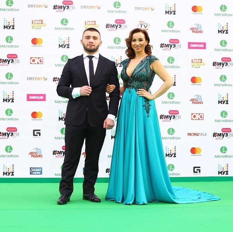 Анфиса Чехова в платье с глубоким декольте на премии МУЗ-ТВ 2017