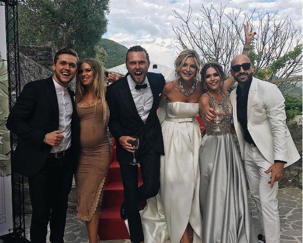 Находящаяся в положении Рита Дакота гуляет на свадьбе подруги