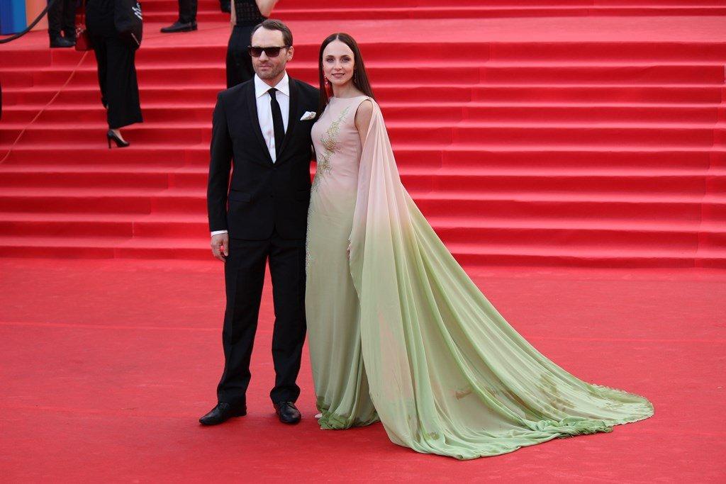 Платье Анны Снаткиной на открытии ММКФ-2017 пострадало из-за московской непогоды
