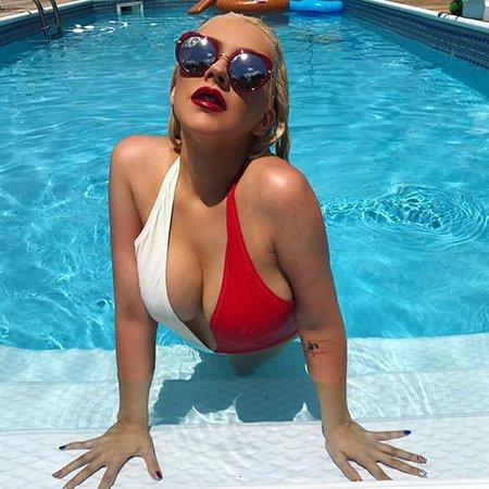 Кристина Агилера взорвала сеть откровенными фото в купальнике