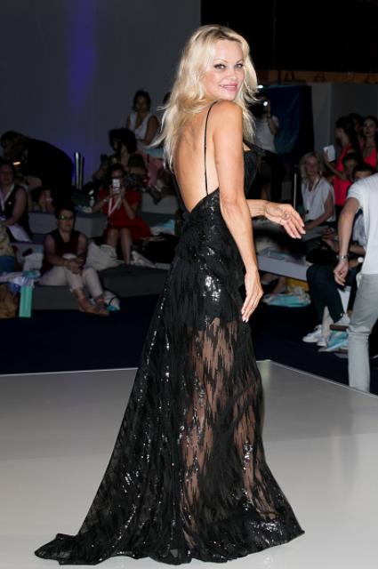 50-летняя Памела Андерсон затмила своим нарядом молодых коллег на модном показе