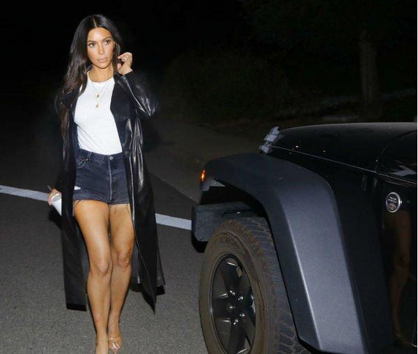 Ким Кардашьян прогулялась в мини-шортах
