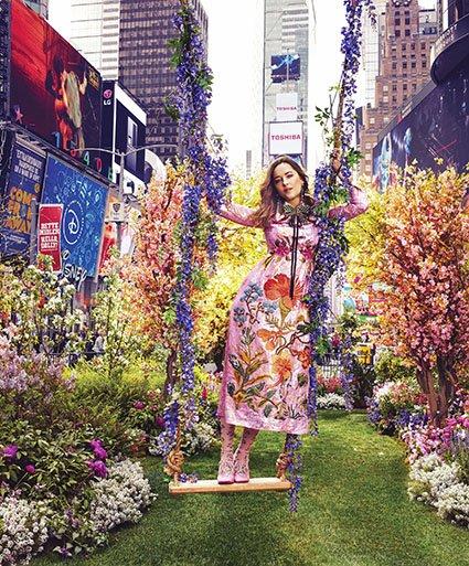 Дакота Джонсон снялась в невероятной цветочной фотосессии