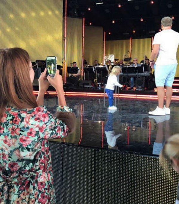Сын Владимира Преснякова и Натальи Подольской пританцовывал на сцене родителям
