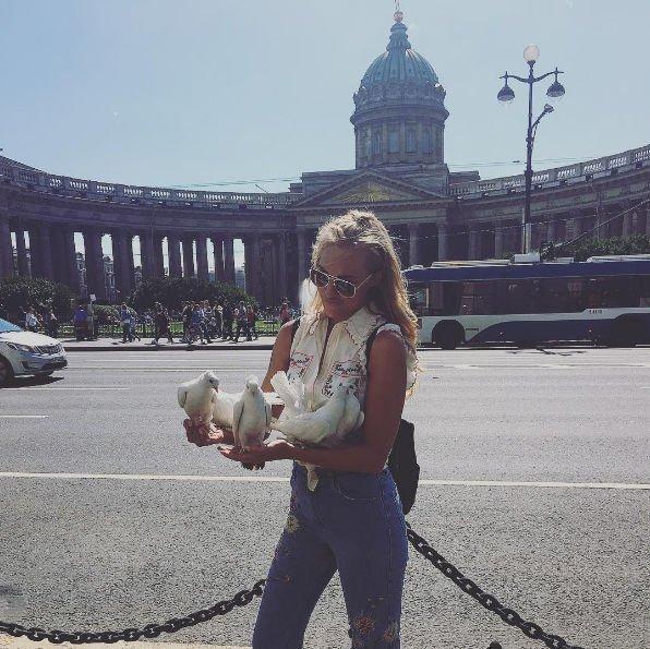 Фанаты ходят следом за Мерьем Узерли в Санкт-Петербурге