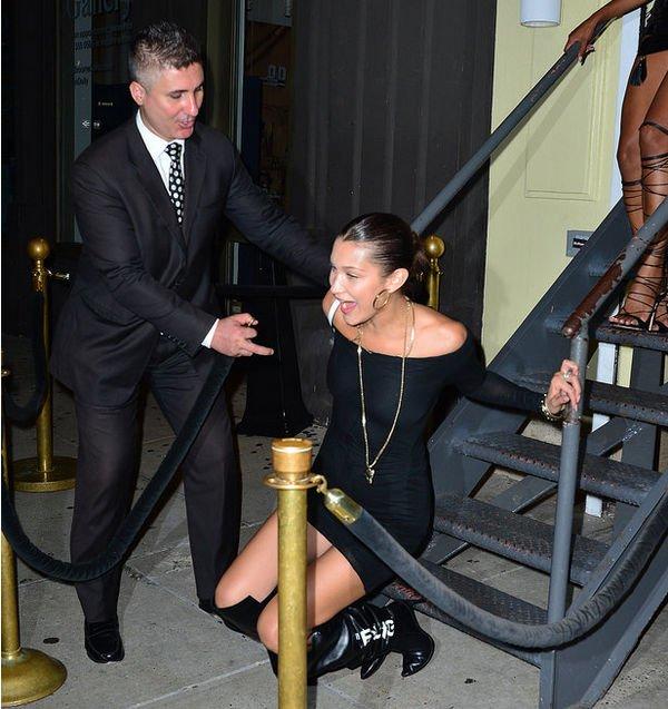 Белла Хадид не смогла удержаться на лестнице на высоких каблуках