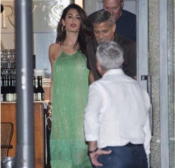 Амаль Клуни выглядела шикарно на свидании со своим супругом