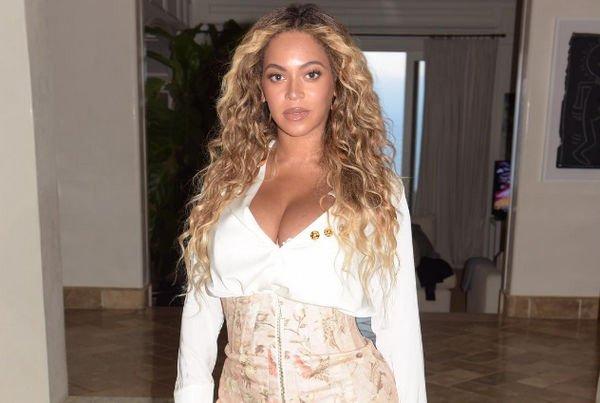 Бейонсе продемонстрировала шикарную фигуру в откровенном платье