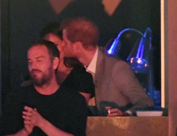 Папарацци впервые удалось заснять поцелуй принца Гарри и Меган Маркл