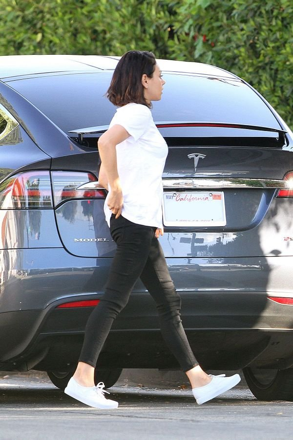 Мила Кунис продемонстрировала очень худые ноги
