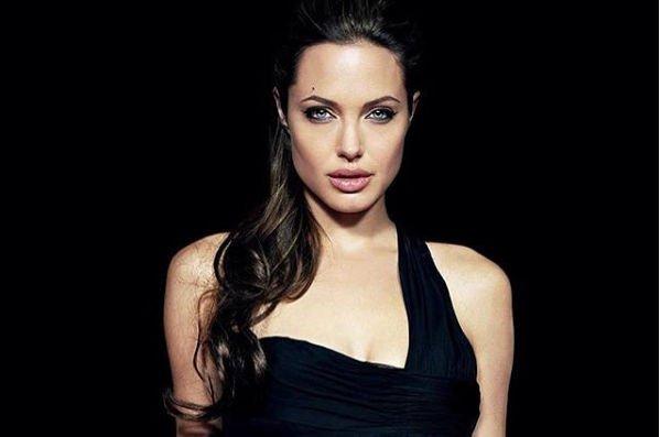 Анджелина Джоли пришла в ярость, когда узнала об общении Брэда Питта с Дженнифер Энистон