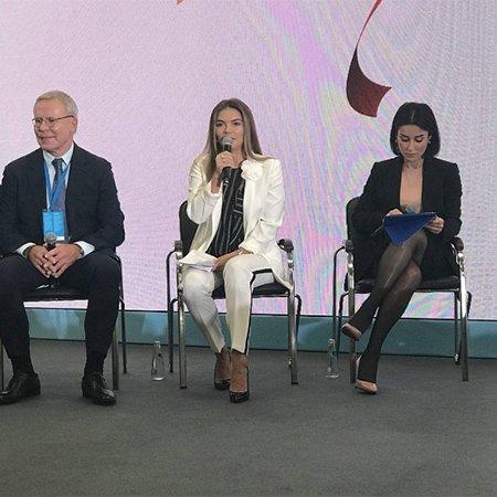 Алина Кабаева появилась на фестивале молодежи в стильном белом костюме