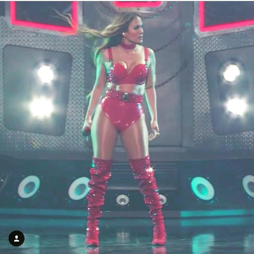 Дженнифер Лопес зажгла на сцене в невероятно смелом наряде