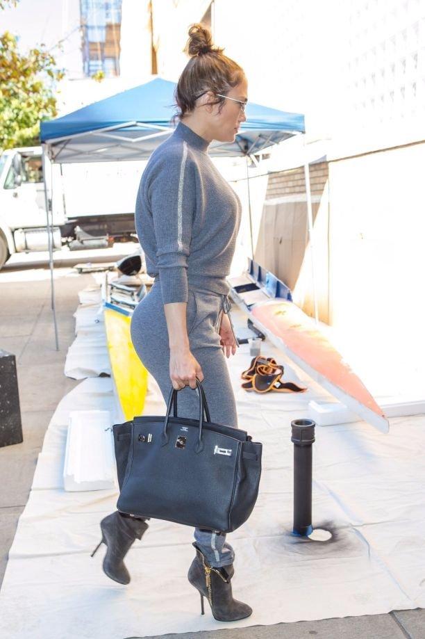 Дженнифер Лопес показала, как сочетать каблуки и спортивный костюм