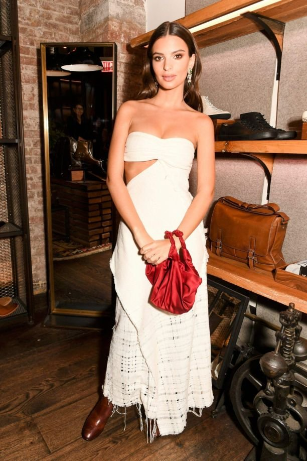 Эмили Ратаковски покорила своим белым платьем гостей презентации The Frye
