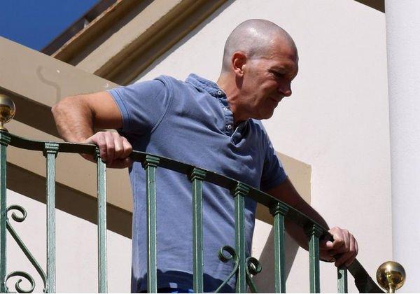 Постаревший Антонио Бандерас удивил почитателей обритой налысо головой
