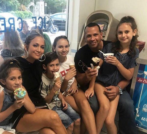 Дженнифер Лопес поделилась совместной фотографией своего возлюбленного с детьми