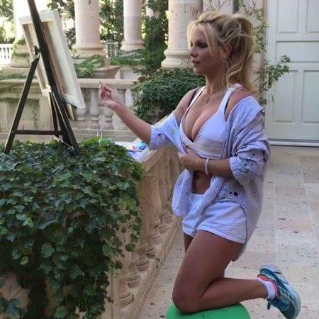 Бритни Спирс продала нааукционе свою картину за 10 000 долларов