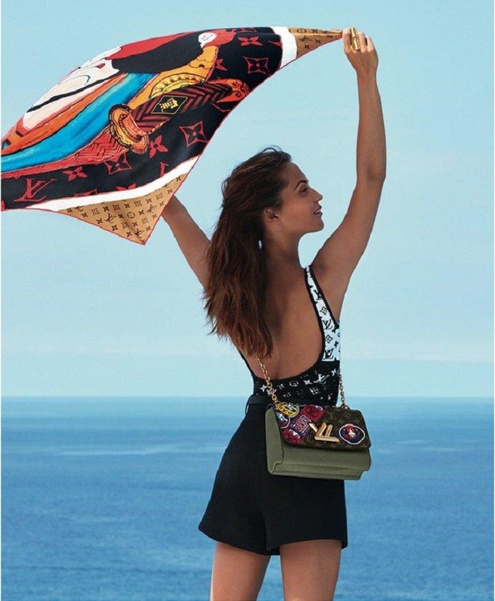 Алисия Викандер показала фигуру в морской фотосессии