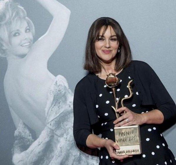 Моника Беллуччи изменила стиль: артистка сновой прической прибыла вРим