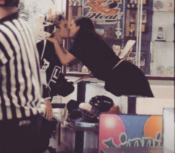 Джастин Бибер и Селена Гомес слились в страстном поцелуе на публике