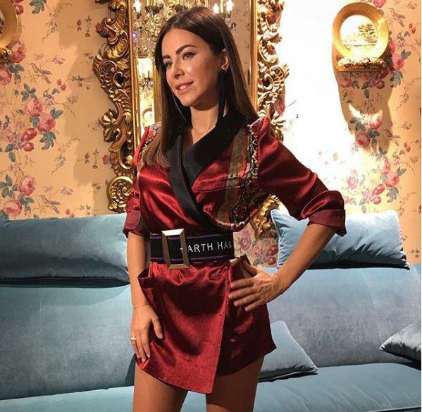 Длина платьев Ани Лорак становится все короче