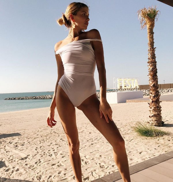 Елена Перминова продемонстрировала идеальную фигуру в белом монокини