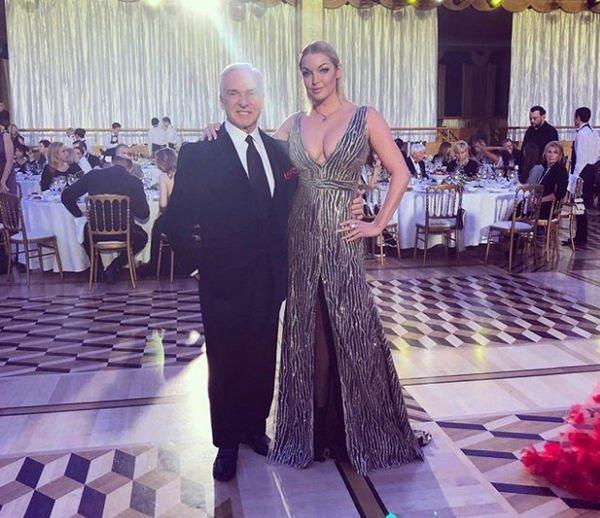 Анастасия Волочкова показала свои прелести в платье с глубоким декольте