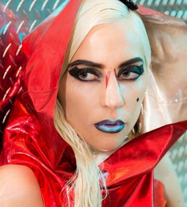 Леди Гага порадовала фанатов привычным экстравагантным образом