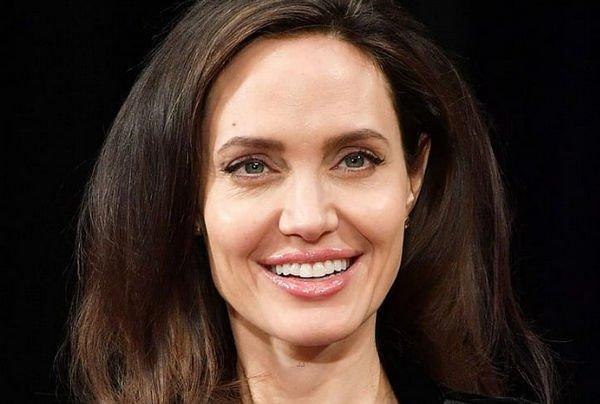 Анджелина Джоли появилась на публике в смелом наряде