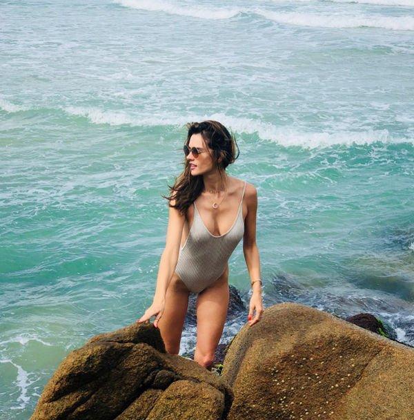 Алессандра Амбросио показала стройную фигуру в купальнике