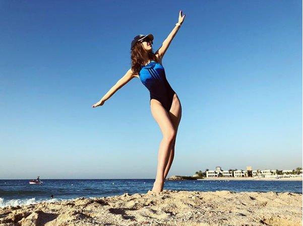 Лиза Арзамасова похвасталась стройной фигурой в купальнике
