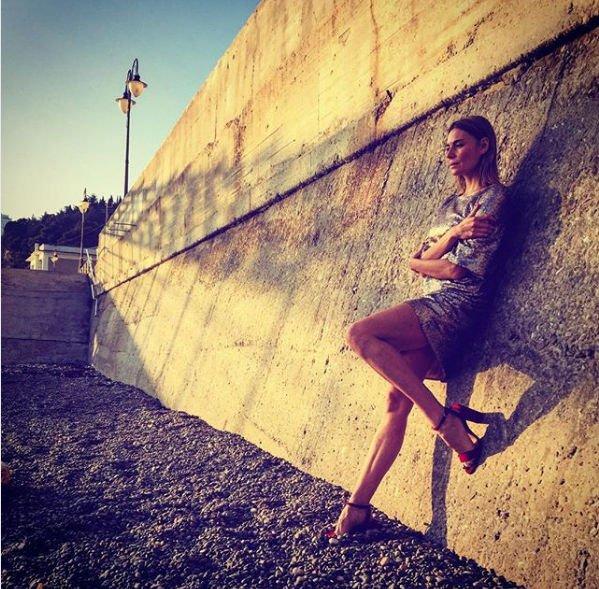Любовь Толкалина продемонстрировала длинные ноги в коротком платье