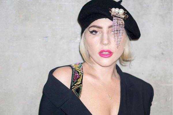 Леди Гага примерила дерзкий образ, надев пиджак на голое тело