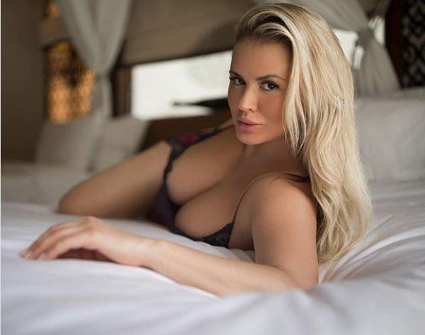 Анна Семенович продемонстрировала роскошные груди, лежа на кровати
