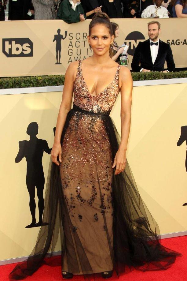 Холли Берри очаровала женственным платьем с декольте