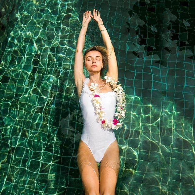 Полина Гагарина показала фигуру в бикини